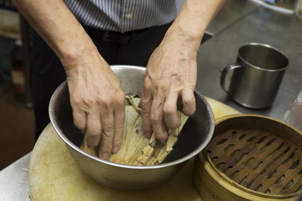 乾荷葉放竹籠前,先要用熱水浸軟。