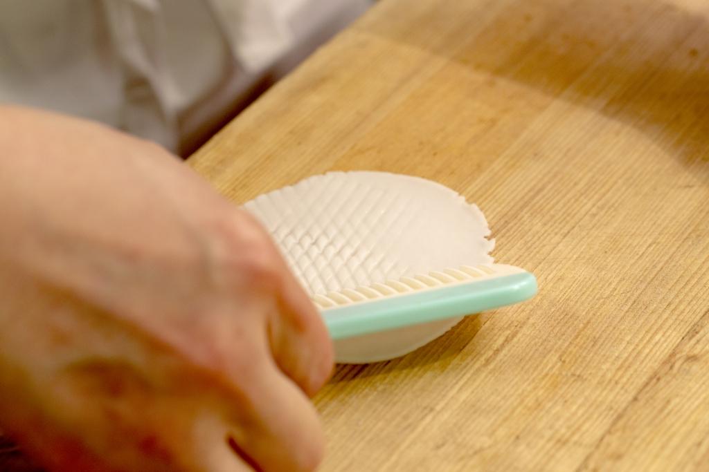 用梳子輕力給麵片掃上鱗紋