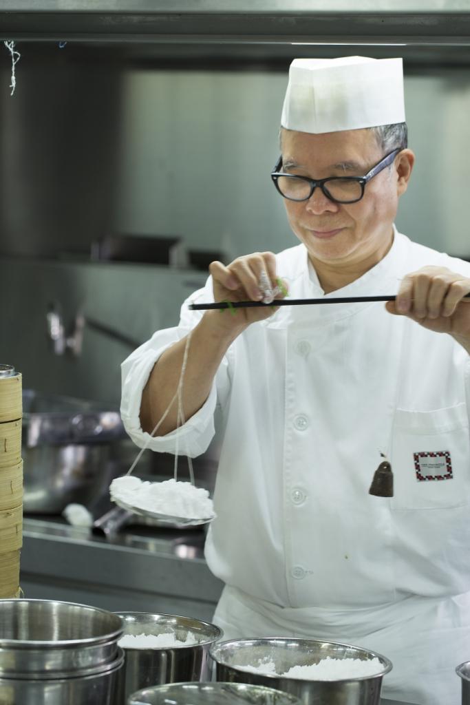 李師傅說光是澄麵與生粉配兌比例的不同,已能搓出質感各異的麵皮。
