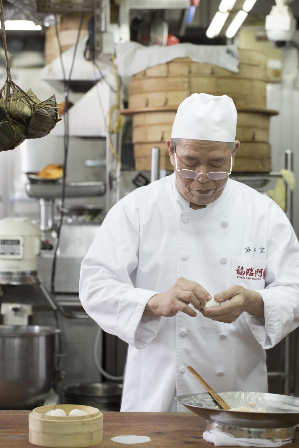 年近八十的立叔,摺出的蝦餃顆顆幾近完美,是六十餘年功力的表現。