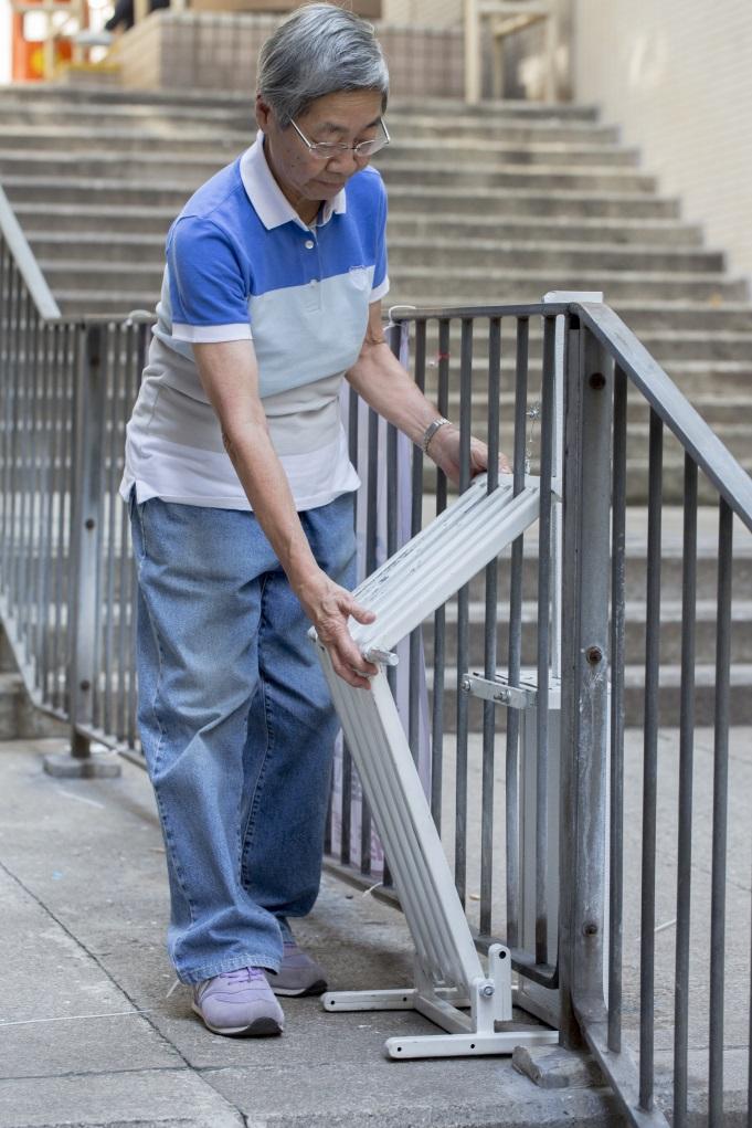 歇腳凳暫時只造了一張試驗雛型,以人手安裝,不過目標是往後能成為社區固定設備。