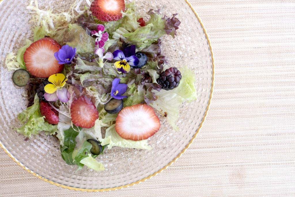 食用花香氣淡而清芳,不宜煮,用來作甜點、蛋糕裝飾最好;我也喜歡用來作沙律,這次用上本地三色堇、台灣紫羅蘭、石竹,各有花姿香氣,加上淡粉色紅莓果凍,悅目討喜。