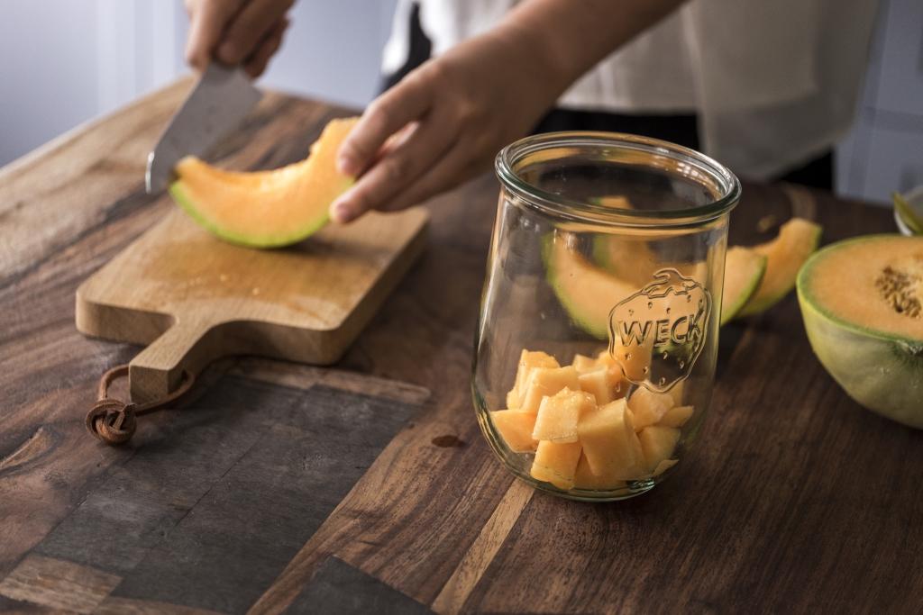 1. 蜜瓜去籽去皮,果肉切成大粒。放進玻璃瓶。