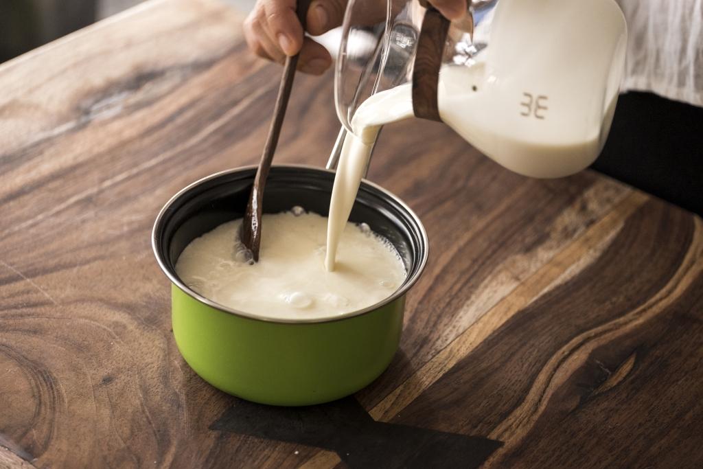 7. 牛奶加砂糖煮溶,大約60-70℃。熄火。加入鮮忌廉。