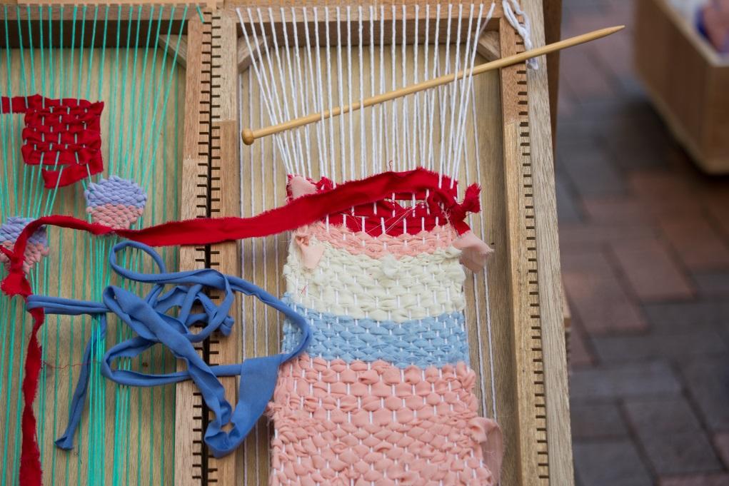 編織木框以魔術貼固定在機上,可以隨時拆下來讓更多人編織,不受地域限制。