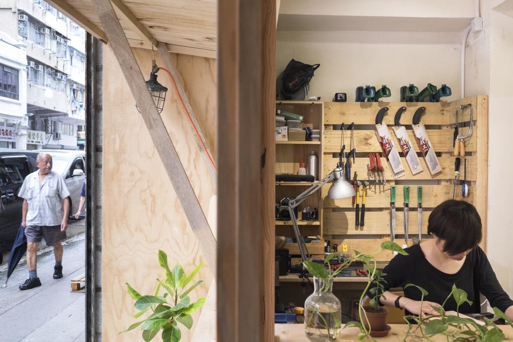 街坊透過長開的木窗戶,能清楚看見店內,還可以租用各種維修工具。