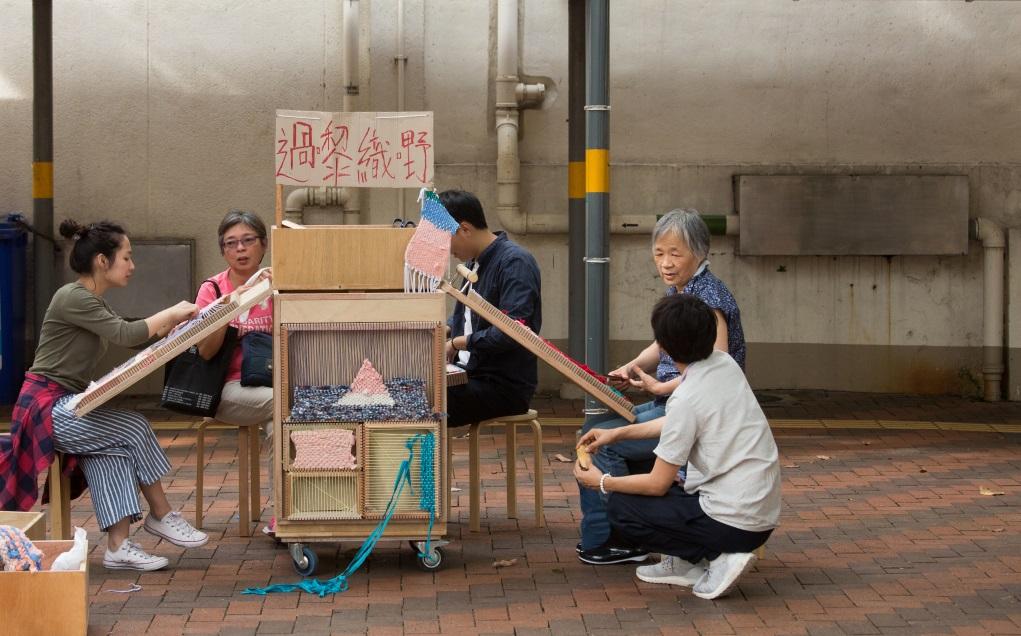 流動裝置「織織四方城」引起街坊好奇,無論年長的還是小朋友都樂意坐下。
