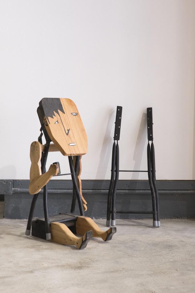 一張摺凳很便宜,但如果是坐了十年,陪伴走過童年,價值又不一樣,天仁示範把椅腳改裝成藝術品。