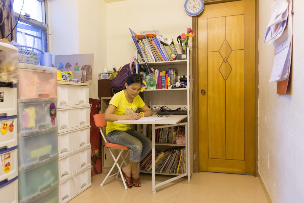 阿霞曾學過國畫,從前沒有機會可以在家中大展身手,現在有了伸縮桌,便能和孩子們一起畫畫,共享天倫之樂。