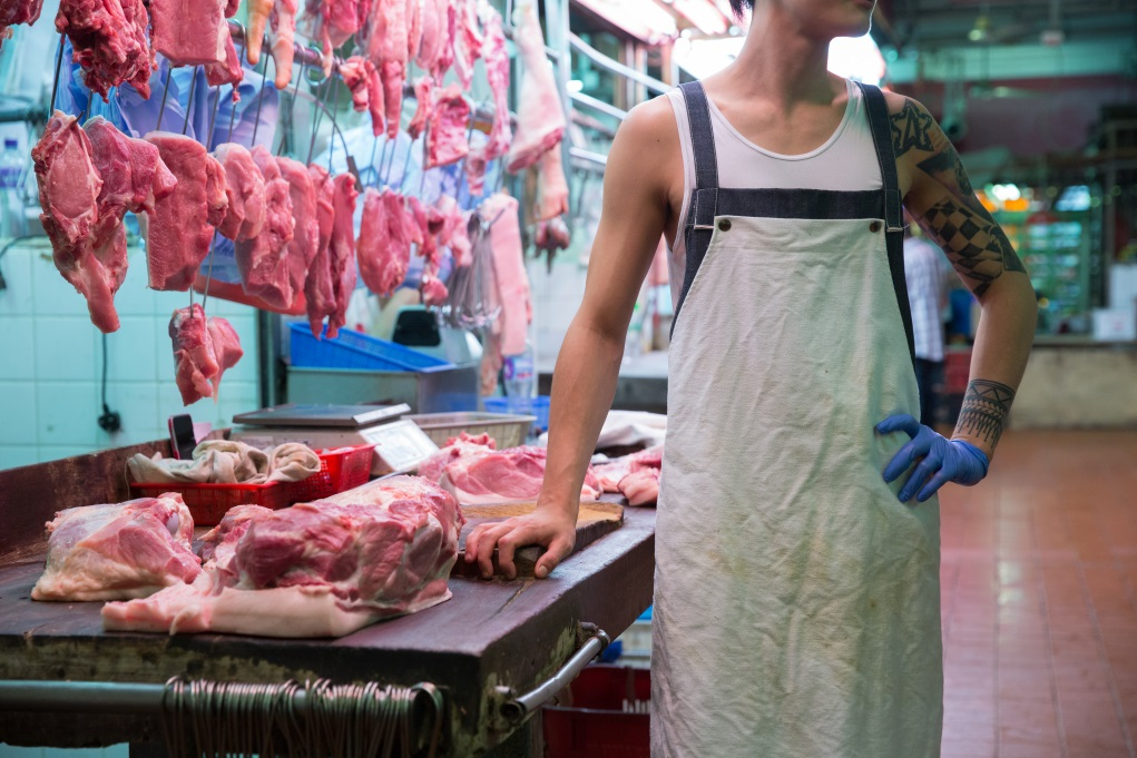 不願出鏡的肉枱店員喜歡牛仔布款,阿健特意為他設計了這款兩層圍裙,白色表層以啪紐扣住,隨時可拆下來洗。