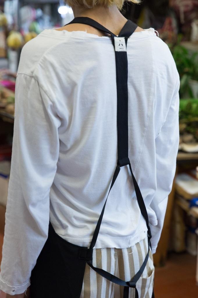 不少檔主都有肩頸勞損問題,Y字型背帶比起一般掛頸式圍裙,更能分散頸部負擔。