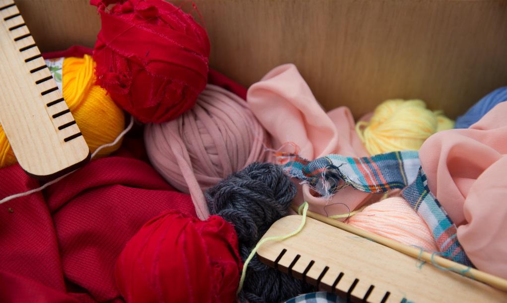 布條球前身是製衣廠捐出的布頭布尾。