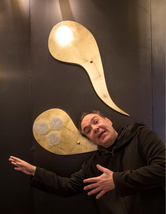 鬼馬希臘設計師側頭擺甫士,說要暢遊在以精子為靈感的燈飾之中。