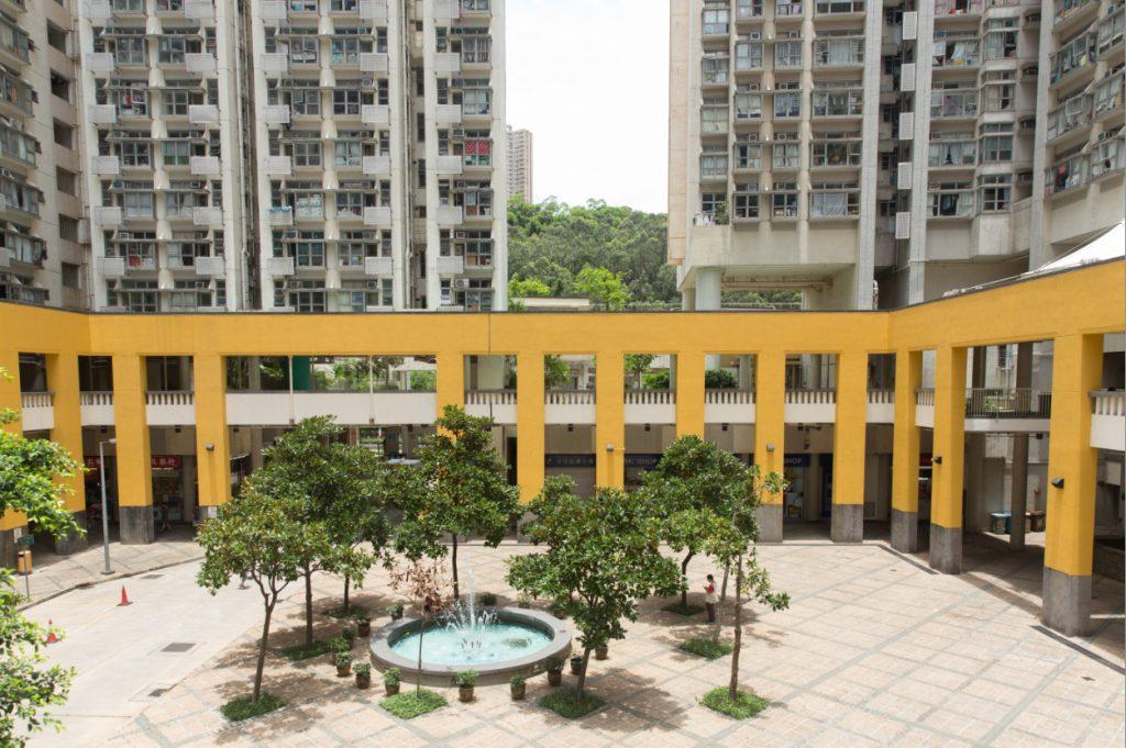 屋邨的公眾地方,包括中庭均按日照方向,安裝拱頂與支柱以供遮陽和擋雨。