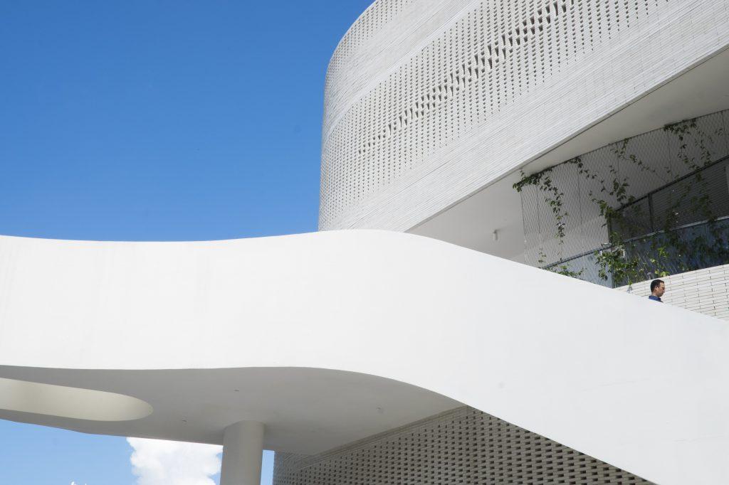 他最近為新世界發展的西貢新樓傲瀧設計會所和藝廊,利用人手將以灰白磚磈砌成外牆,流線形橋樑,如像一件裝置藝術。