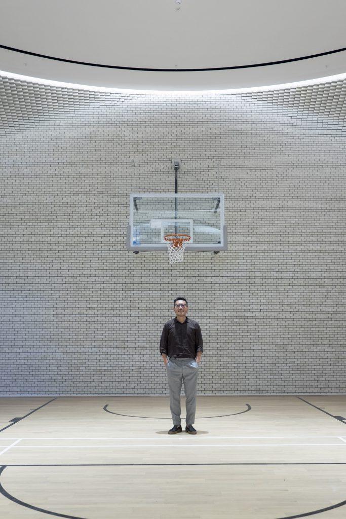 會所籃球場牆身白磚如像起格的pixel,向上延伸,簡約而富有層次。