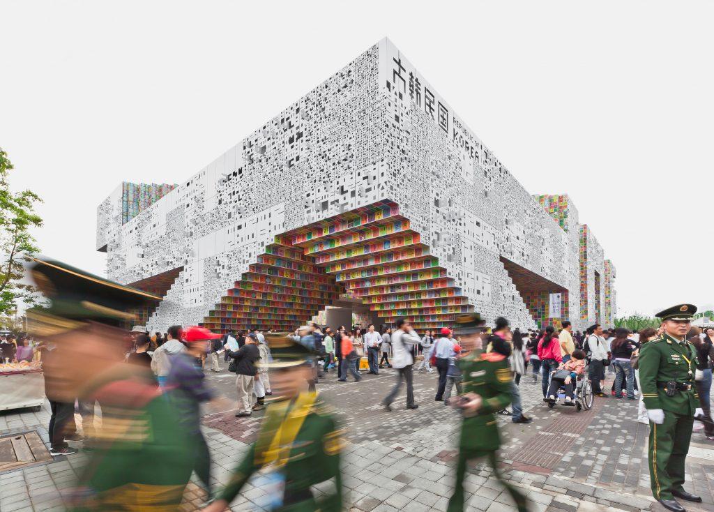 韓國館佔地達六千平方米,共有三層高,第一層呈現縮小三百倍的首爾,第二層展示受韓國人歡迎的中國電影和文學作品。