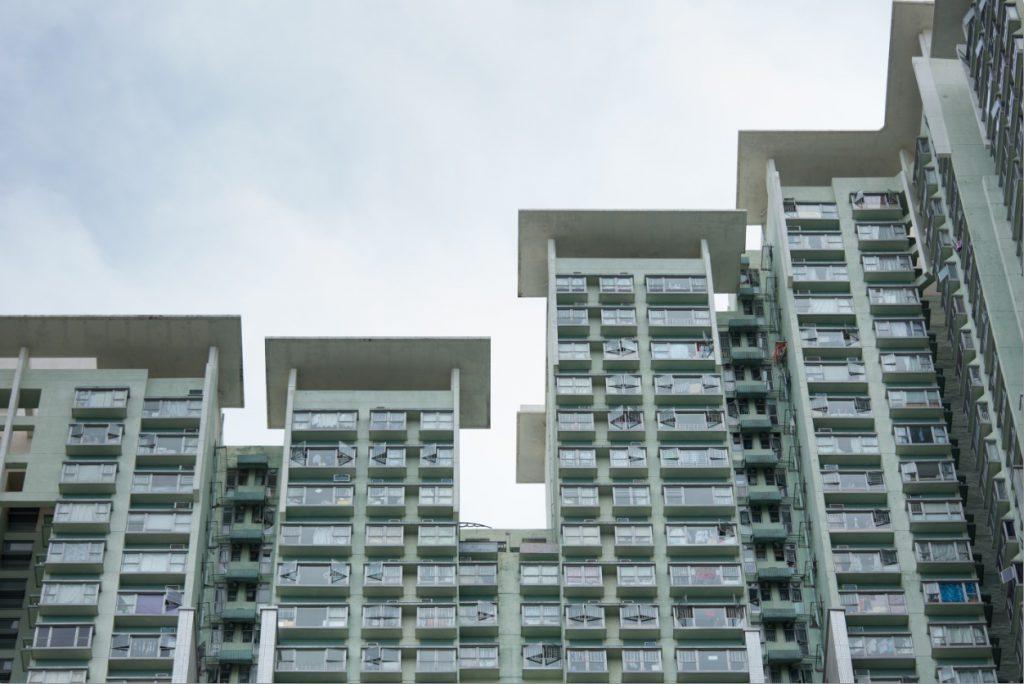 七座樓宇高度不一,主要是因應風向調整,屋頂加入擋陽帳篷減少西斜。