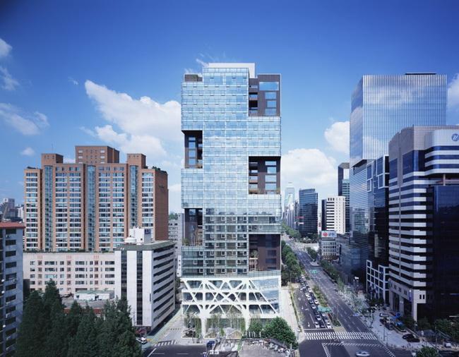 成名作是由方形玻璃堆疊而成,共設有十五個凹位,項目奪得國際高層建築獎2008亞軍。(Yong-Kwan Kim攝)