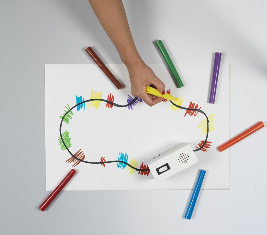 他的創作總是從日常生活入手,他發明了水煲形的樂器,蒸汽穿過壺嘴變壓器發出不同聲響,還受玩具火車啟發,發明了Colour Chaser玩具車,玩具車沿黑線走,就會根據不同顏色播放音樂,讓人自由創作「車軌」。(攝影:Hitomi Kai Yoda)