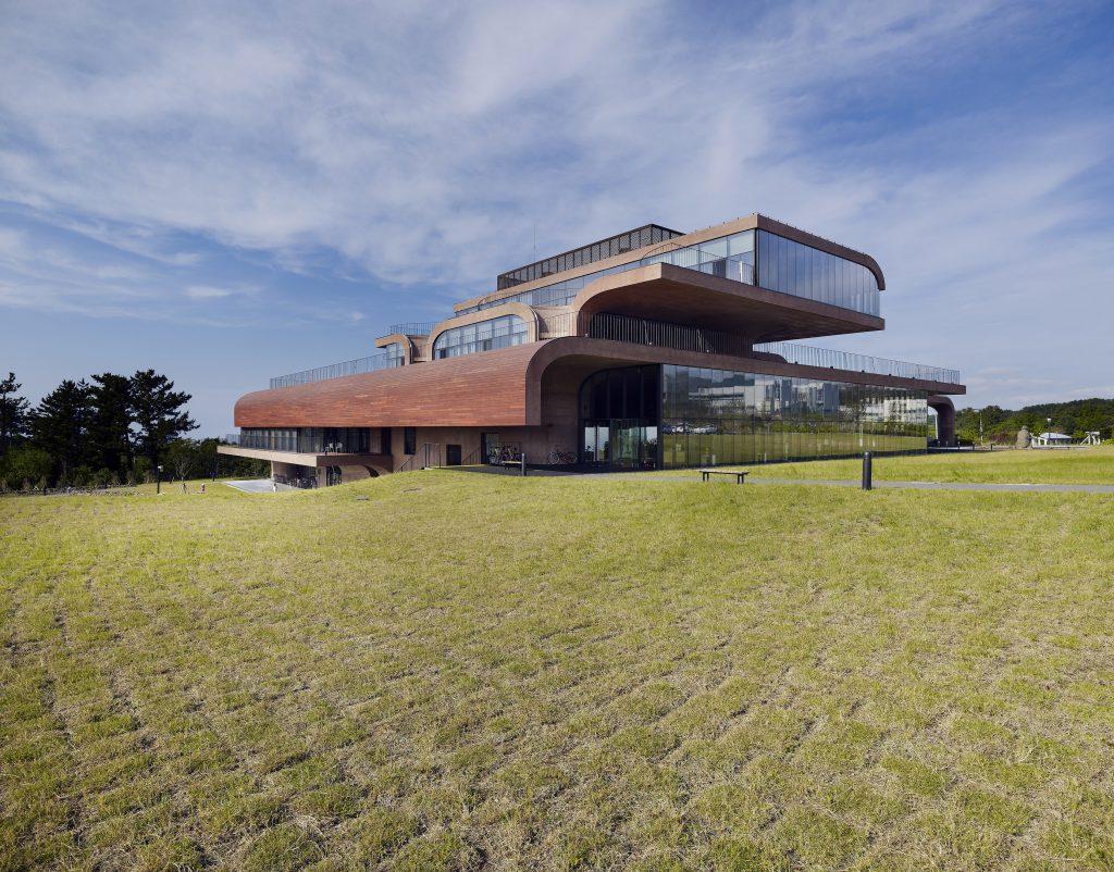 Daum濟州島總部設計由多個長形混凝土結構堆疊而成,混凝土牆呈現古銅色,配以落地玻璃帶有粗獷味道。(Yong-Kwan Kim攝)