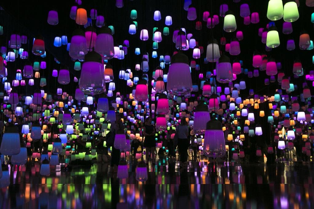 參觀者走進「呼應燈森林」時,六百多盞LED燈泡便會以每三十分之一秒的速度變幻。
