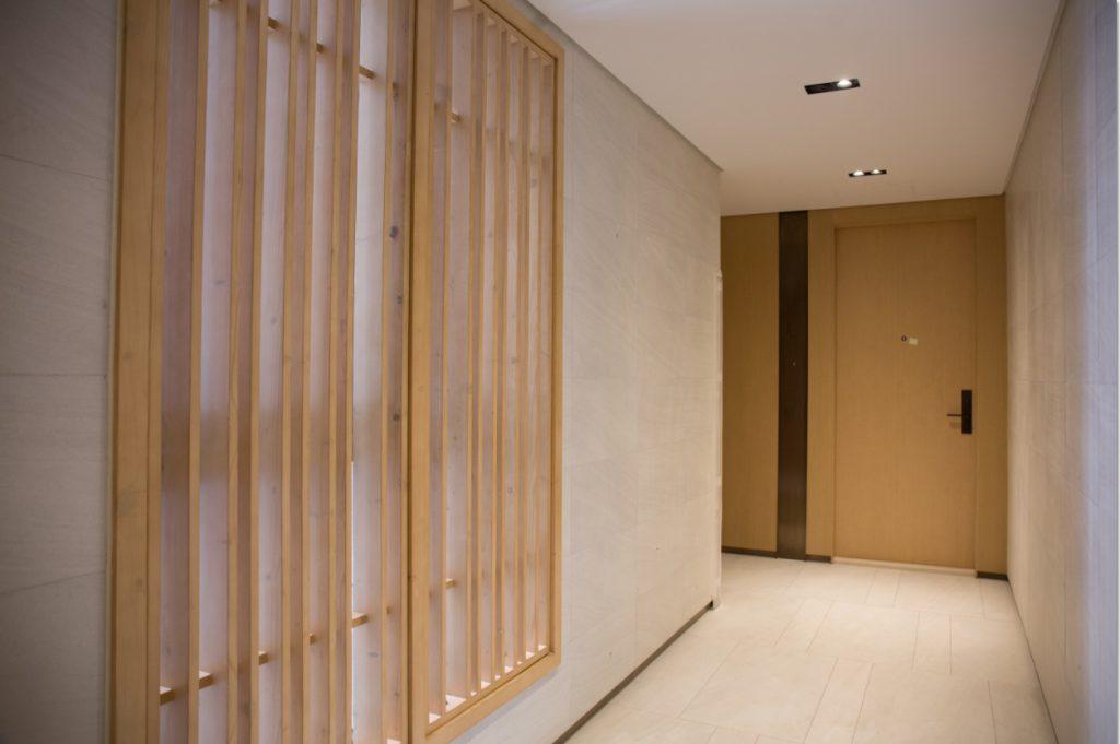 屋苑走廊裝設大通風窗,強化通風和採光,堅持不開冷氣,電燈亦調成最低光度。