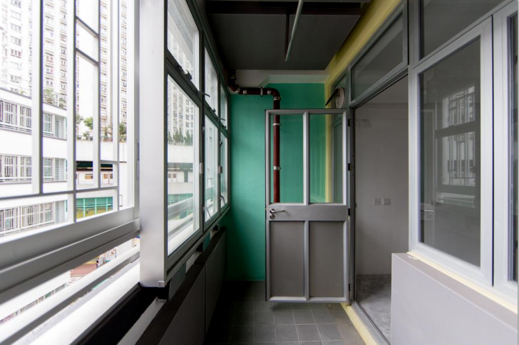 柴灣港鐵站噪音影響,鄰近屋邨單位加設新一代減音露台,利用兩層玻璃遮擋和吸音板隔聲。