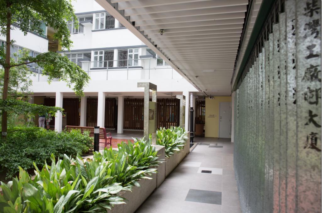 柴灣工廠邨大廈地下商舗鐵閘成為必影打卡位,但並不是太多人知道變身後的華廈邨原來是一棟綠色建築。