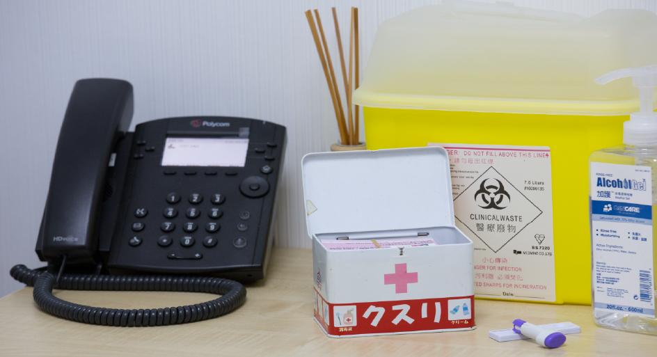 快速檢查只能檢驗與血液相關的疾病,另有化驗所以成本價幫忙青躍化驗尿液樣本,提供其他疾病的檢查結果。