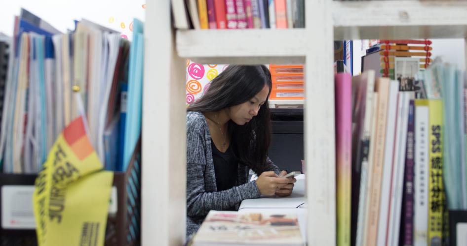 青躍的辦公室面積細小,目測不到三百呎,卻是她們辦公以及為少女舉辦聯誼活動的地方。
