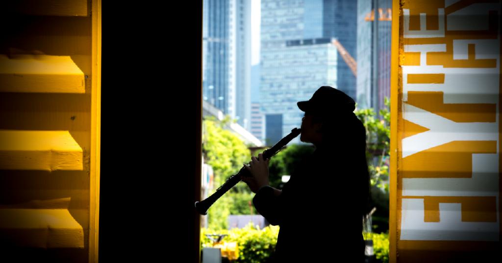 Jo輕輕吹起單簧管,那隱約帶點孤獨的樂聲,就是她愛上單簧管的原因嗎?