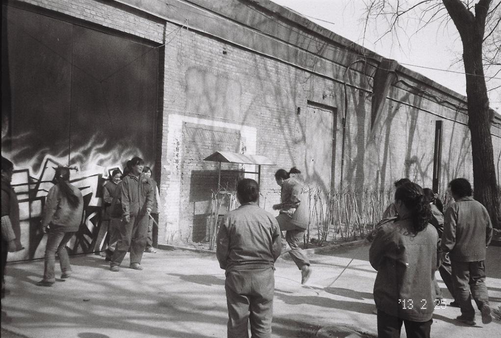 (下)羅玉梅拍下女工跳繩的情景