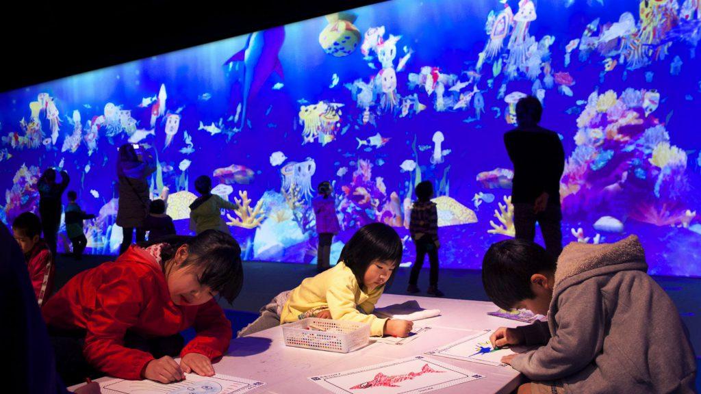 小朋友繪畫自創的海洋生物後,可以掃描並存入「彩繪水族館」內,甚至以虛擬飼料餵飼,把想像成真。