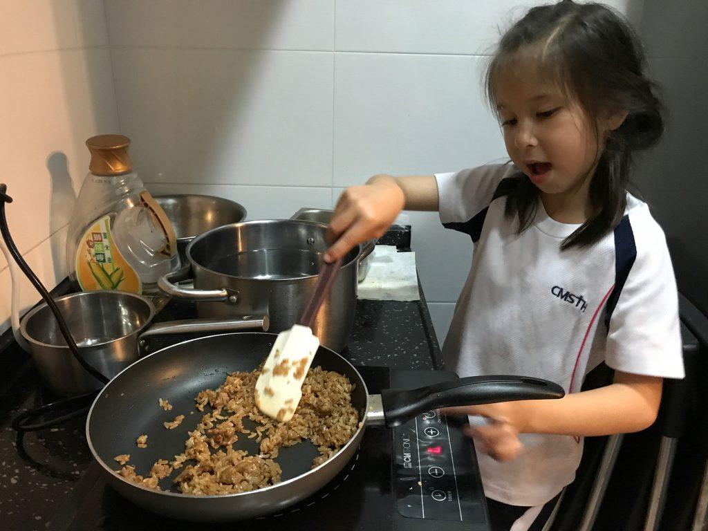 筆者訪問當日看着七歲的Emma,一手一腳煮飯,由洗米、切牛肉、下醃料到最後炒成的牛肉飯,都有板有眼,兼且色香味俱全,甚是難得。