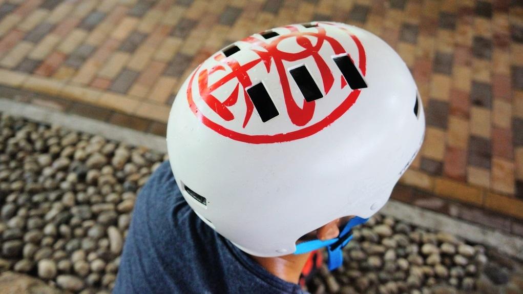 頭盔圖案也是自己設計,練習最緊要平安,因為一受傷就要休息,不能練習。