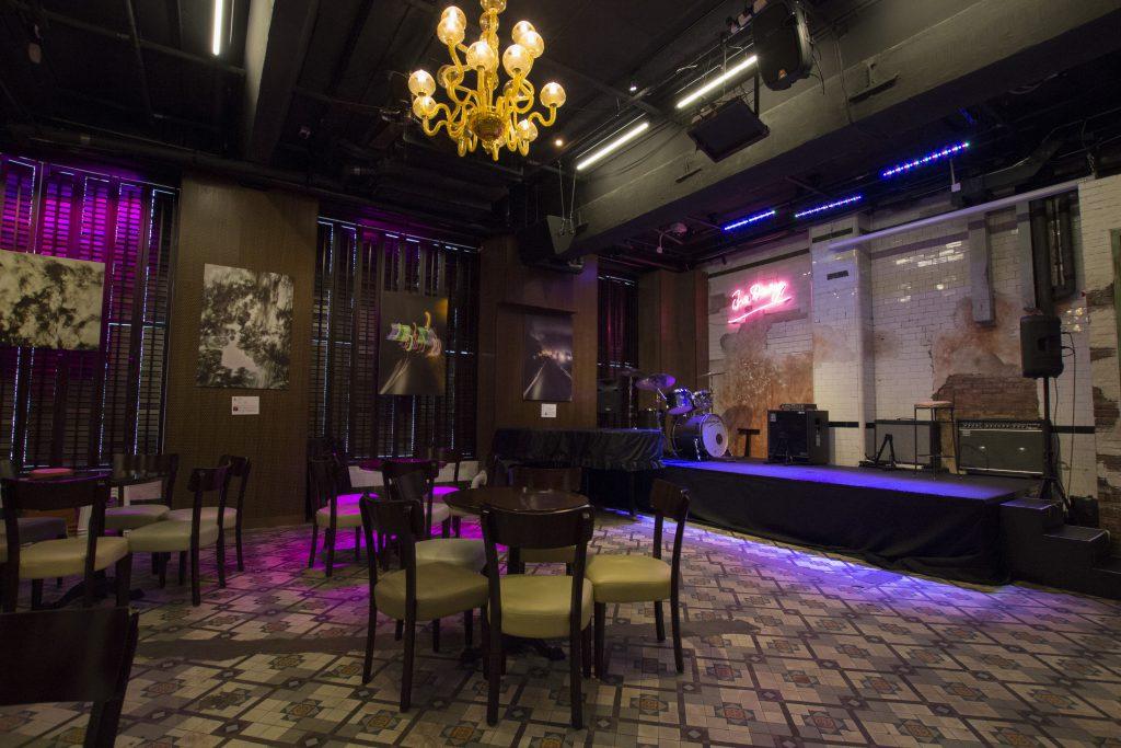 「奶庫」現為爵士樂和「卡巴箂」式劇場的小型表演場地。