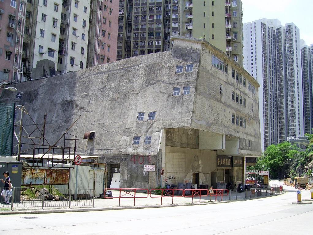 金茂坪戲院最出名是連串鬧鬼傳聞,戲院位於秀茂坪,在1960年代開幕,當年邵氏旗下紅星白彪和潘冰嫦等人參與剪綵。到了上年紀九十年代結業,如今戲院天花已經塌下。(圖片來源:維基百科)