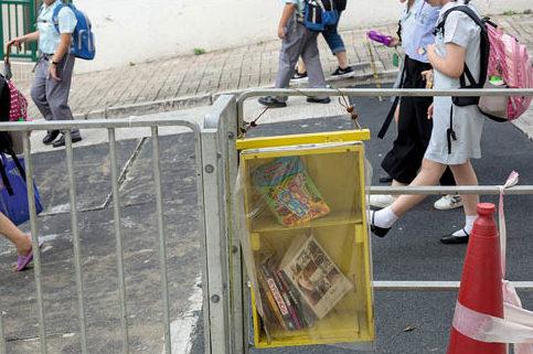 東邊街的漂書箱多是對面小學生使用,放着《科學疑問為什麼》。