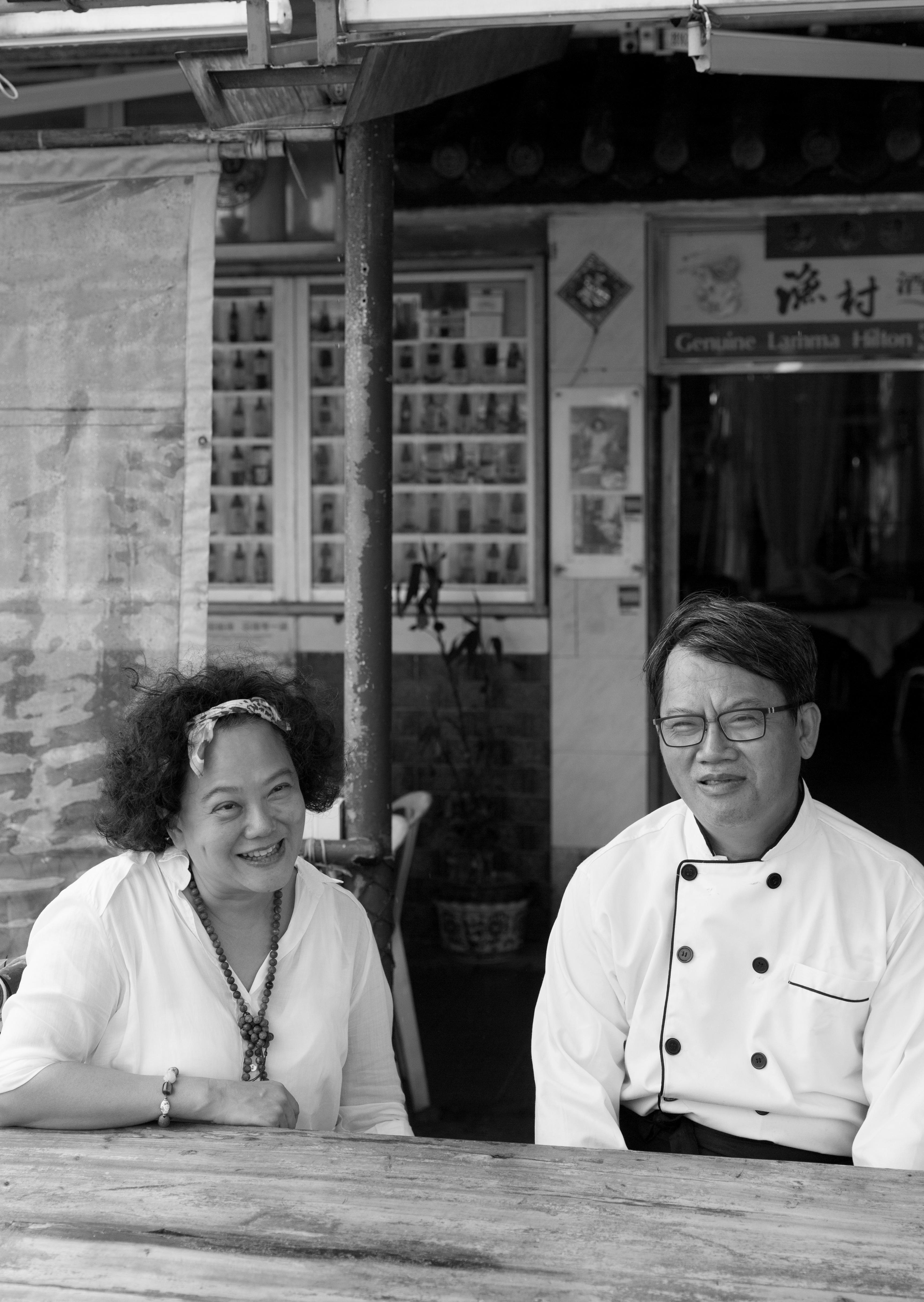 為了紀念過世的母親,三年前Christina(左)把母親生前最愛的食物重新復刻;哥哥阿祺(右)是執行者,延續威化雲吞蝦的傳說。