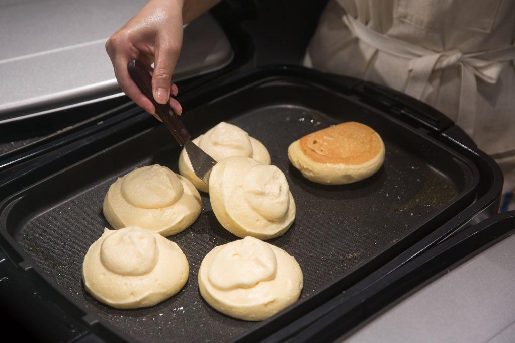 班戟漿用大尺寸的雪糕勺固定每塊分量。