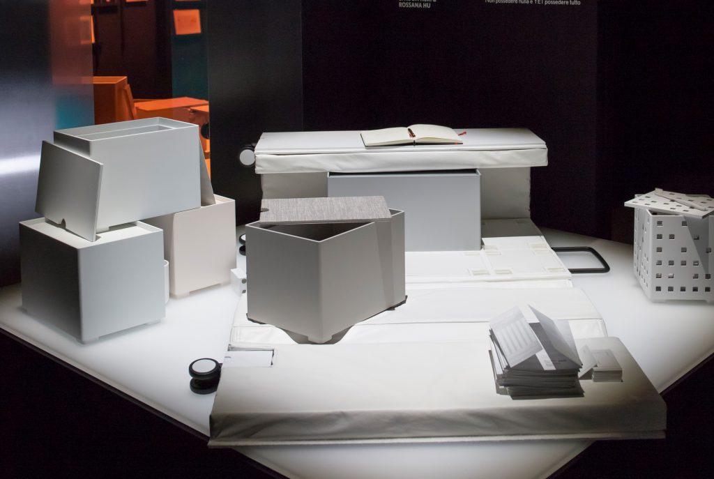 行李箱由六個盒子組成,又能變成睡牀、椅子或貯物櫃,好像一個流動家居。