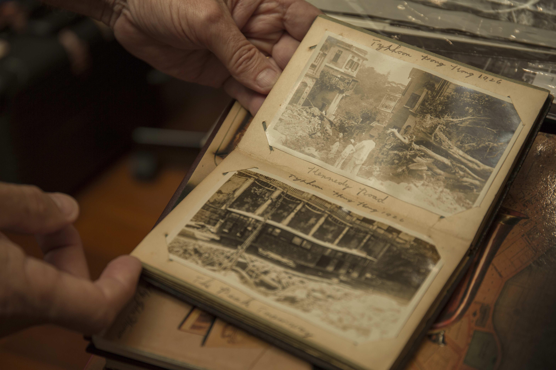 木製私人相簿內1926年颱風,水淹跑馬地的照片。