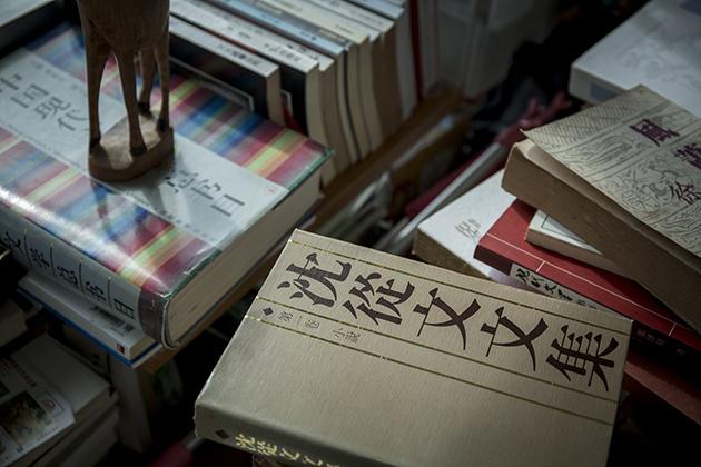 每次遇上書,都是一個獨特的故事,好像《沈從文文集》,他一早排隊才幸運地獲珍貴的簽名本。