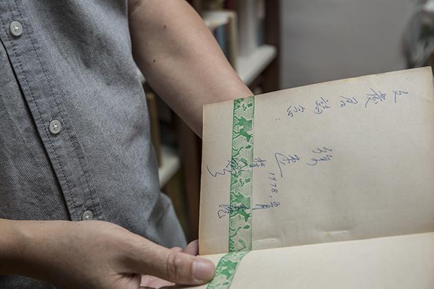 他因傾慕徐速而應徵《當代文藝》,離職時喜獲徐速親送簽名本著作。