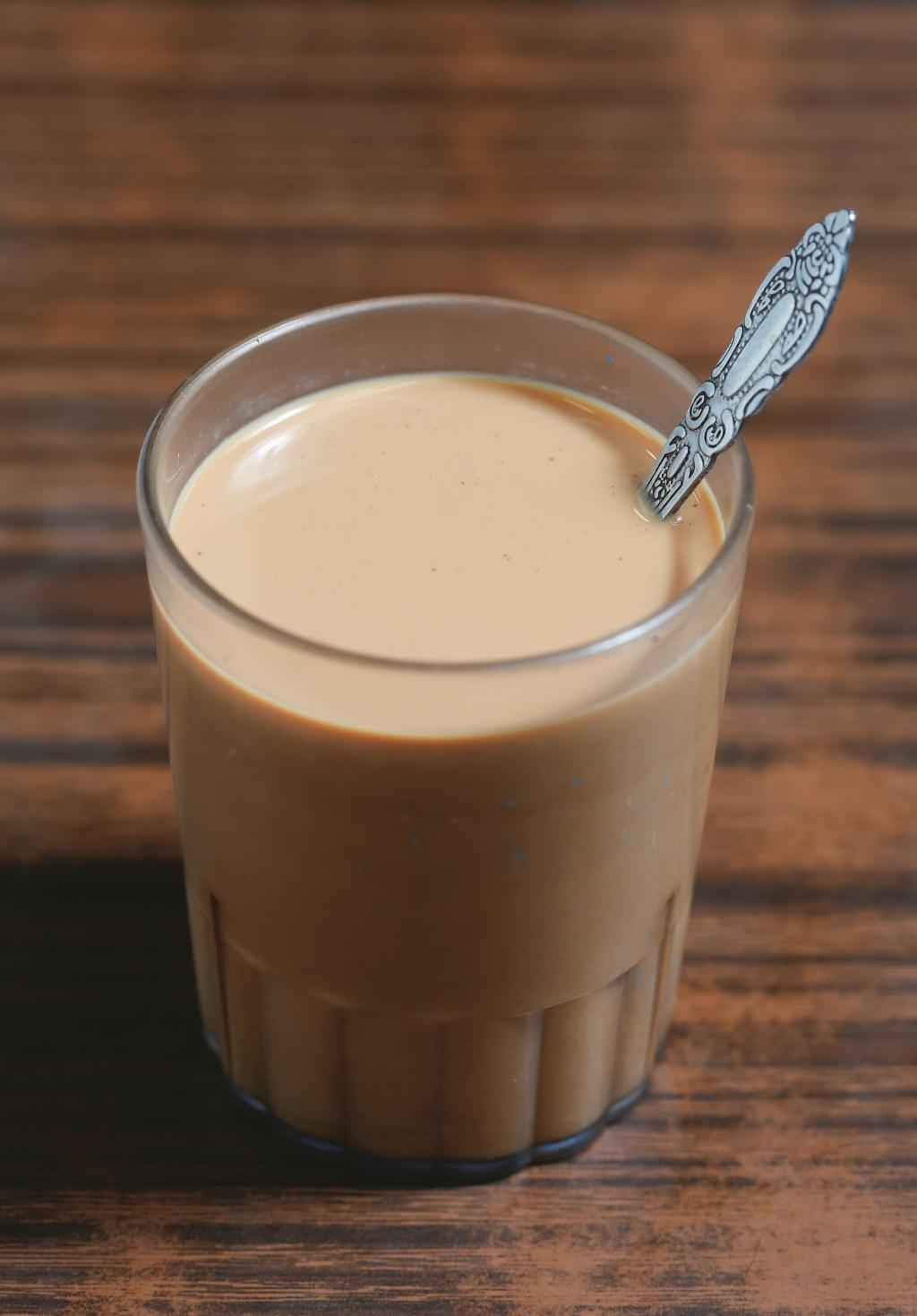 一杯茶濃奶香的砂煲奶茶($12) 是不少人「三點三」的醒神良品。