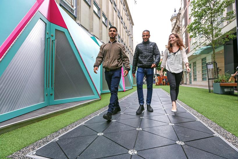 英國工程設計團隊Pavegen設計的十平方米步行路,路上鋪有幾何形狀的發電板,人們每走一步都能發電。