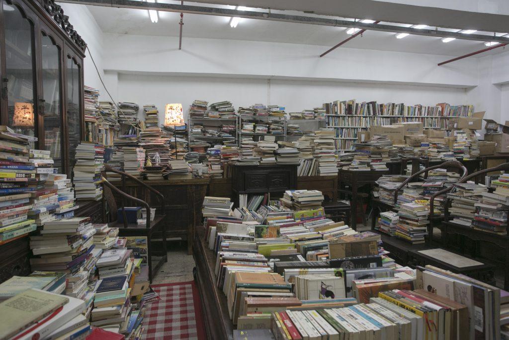 店主笑言因為懶惰而沒有執拾書店的習慣,只將書本略為分類,甚有在亂物裏尋寶之感。