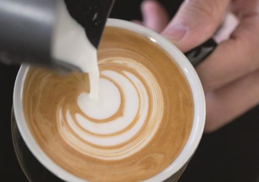 優質的奶品,脂肪與蛋白組織平衡,除了口感上給你rich的感覺,其次莫過於在拉花時,奶與咖啡的分野,層次分明。