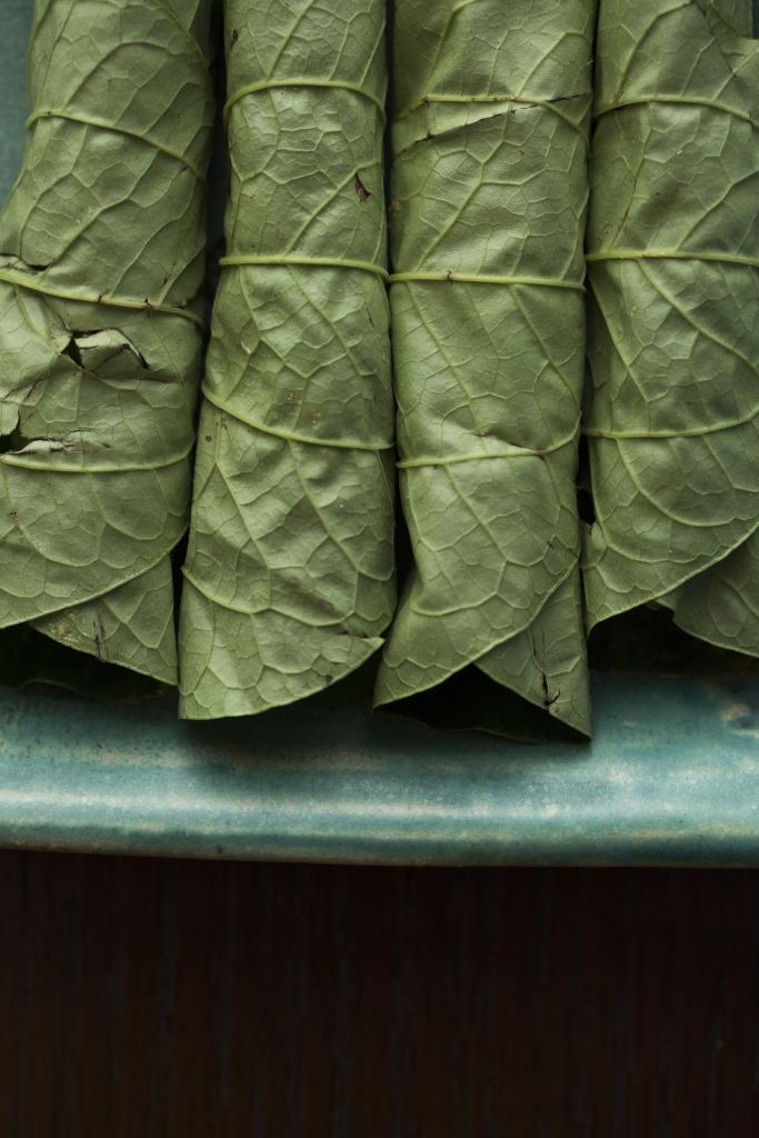 葉面因為帶有芳油,捲時一定要向內,香味才能被肉吸收。